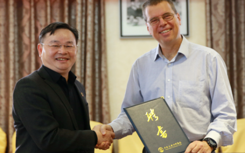 Vice President Hu, Jianzhong presented Professor van Aalten with the Certificate of Appointment and the medal that resembles the Hospital.